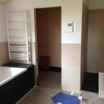 Hauptbad mit Saunasteuerung und Waschbecken und Handtuchheizkörper