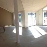 Wohnzimmer mit Tapete und Farbe